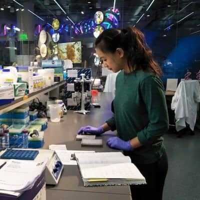 Hannah Som working in the genomics lab at the North Carolina Museum of Natural Sciences.